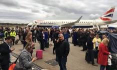 Passageiros esperam ordens de autoridades em London City Foto: Reprodução