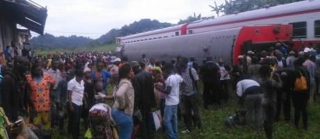 Público atende feridos e retira vítimas das ferragens de trem em Camarões Foto: Reprodução