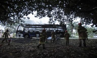 Ônibus pega fogo em frente à Península, na Barra da Tijuca. Foto: Alexandre Cassiano / Agência O Globo