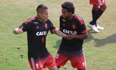 Guerrero é segurado por Rafael Vaz em momento de descontração no treino do Flamengo Foto: Gilvan de Souza - Flamengo