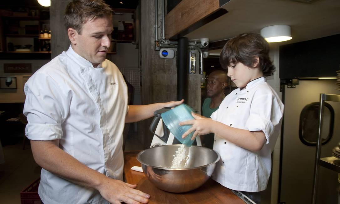 Chegou a hora de misturar os ingredientes secos Adriana Lorete / Agência O Globo