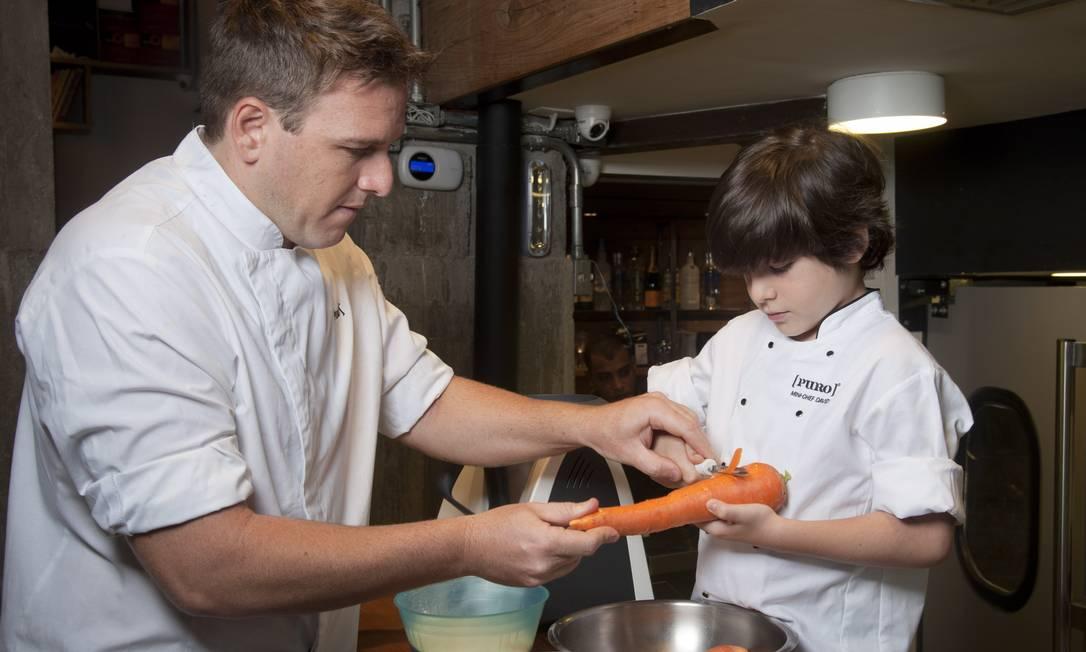 Primeiro passo: descasque as cenouras em um bowl. Adriana Lorete / Agência O Globo