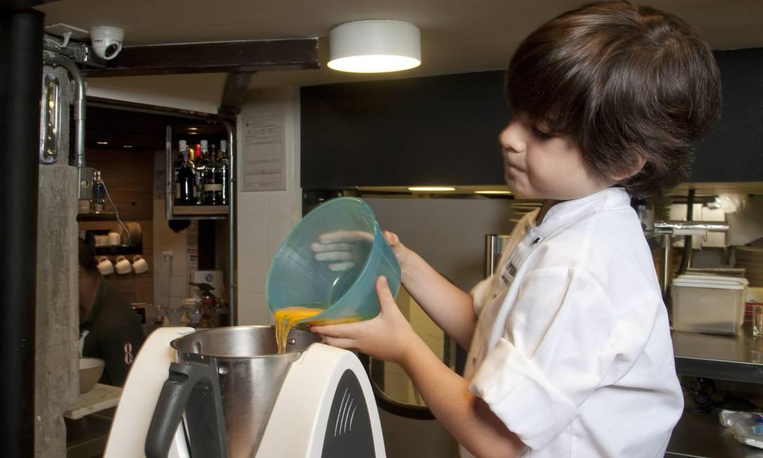 Misture os ovos e os ingredientes secos Adriana Lorete / Agência O Globo