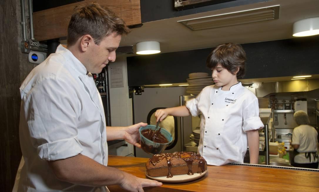 Com o bolo assado, coloque a calda de chocolate Adriana Lorete / Agência O Globo