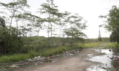 Abandonado. O terreno onde seria o campo fica perto de lixão Foto: Fábio Rossi / Fábio Rossi