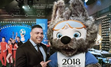 Ronaldo e o mascote da Copa de 2018, o Lobo Zabivaka Foto: Divulgação - Fifa
