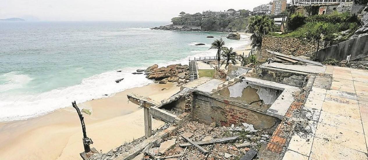 Entulho. Restos de antigo casarão em área irregular: banhistas se arriscam nos escombros para chegar à praia Foto: Domingos Peixoto