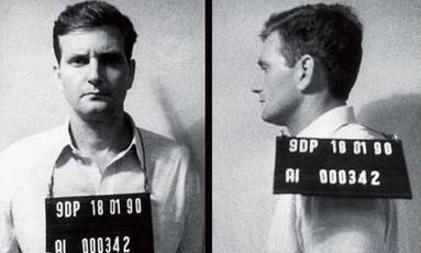 """Registro. Capa da """"Veja"""" mostra o candidato do PRB no momento em que foi fichado, em 18 de janeiro de 1990 Foto: Reprodução"""