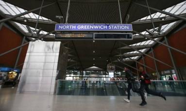 Passageiros andam pela estação de North Greenwich do metrô de Londres, onde um pacote suspeito já tinha sido destruído na última quinta: policiais detiveram um jovem de 19 anos na sexta em conexão com outro equipamento suspeito encontrado em um trem Foto: AFP/DANIEL LEAL-OLIVAS