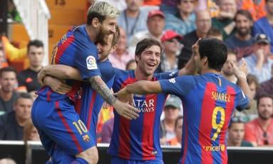 Jogadores do Barcelona comemoram gol de Messi sobre o Valencia Foto: HEINO KALIS / REUTERS