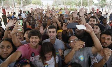 O candidato a Prefeitura do Rio de Janeiro pelo PSOL Marcelo Freixo em campanha em Bangú Foto: Pablo Jacob / Agência O Globo