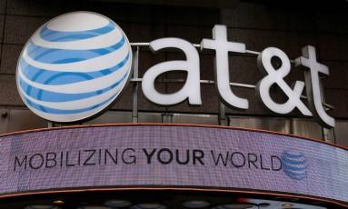 A logomarca da AT&T em loja da companhia em Nova York Foto: Shannon Stapletn/Reuters/29-10-2014
