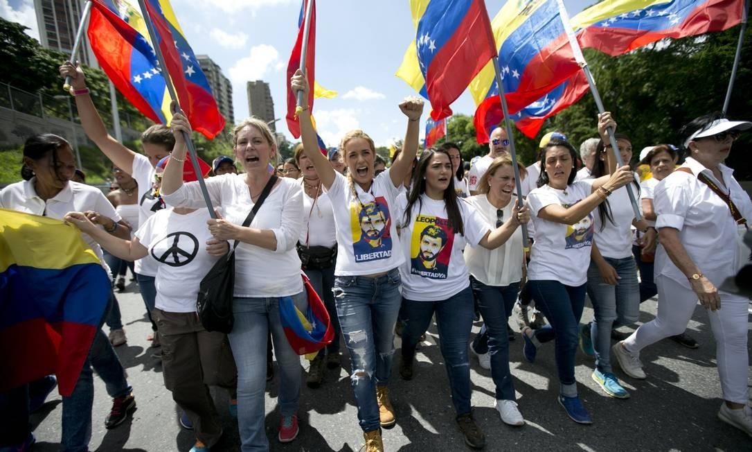 Liderados por mulheres de líderes políticos presos, venezuelanos vão às ruas para protestar contra a suspensão do plebiscito revocatório do mandato do presidente Nicolás Maduro Foto: Ariana Cubillos / AP