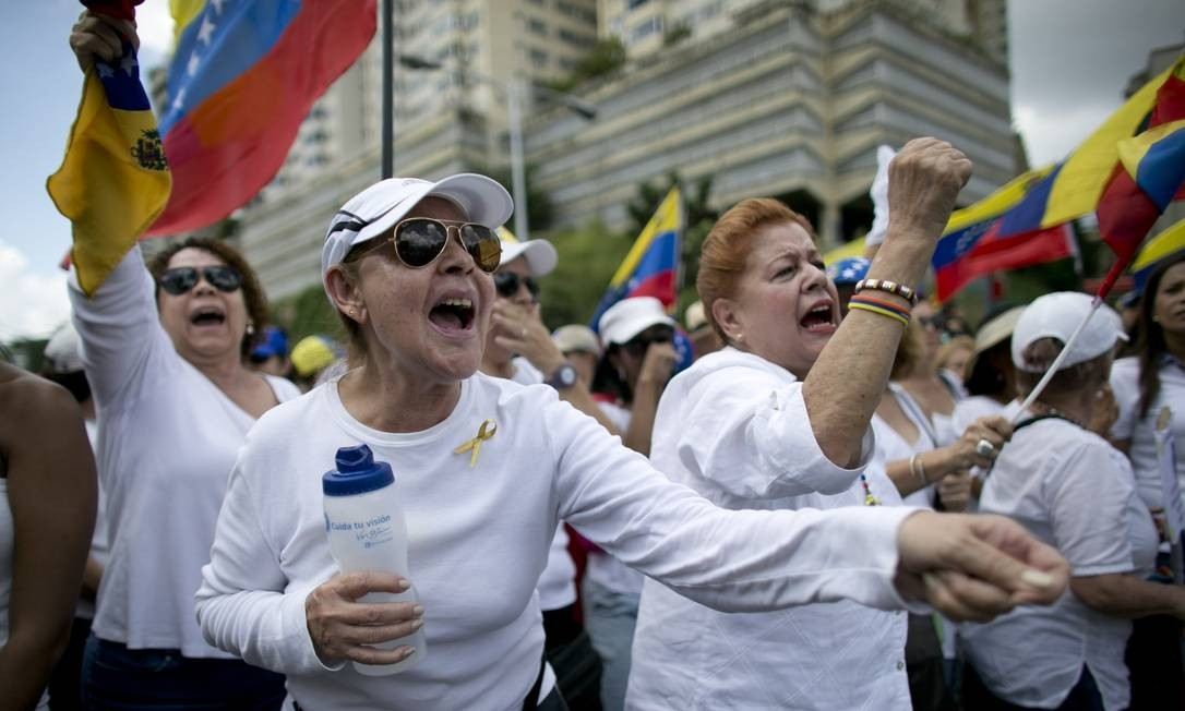 Mulheres de branco participam de ato em Caracas. Convocada inicialmente pela ala mais radical da oposição, a manifestação ganhou o apoio de toda a coalizão Mesa de Unidade Democrática Foto: Ariana Cubillos / AP