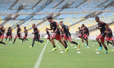 Jogadores do Flamengo treinam no Maracanã, onde o clube jogará pela primeira vez em 2016, após o fechamento para os Jogos Olímpicos Foto: Gilvan de Souza / Flamengo / Gilvan de Souza/Flamengo