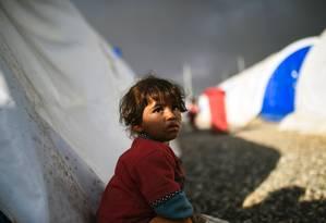 Menina iraquiana abrigada no campo de refugiados da cidade de Qayyarah Foto: BULENT KILIC / AFP