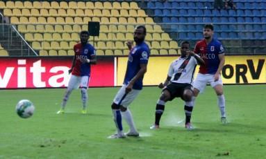Thalles chuta para marcar o gol da vitória do Vasco sobre o Paraná Foto: Carlos Gregório