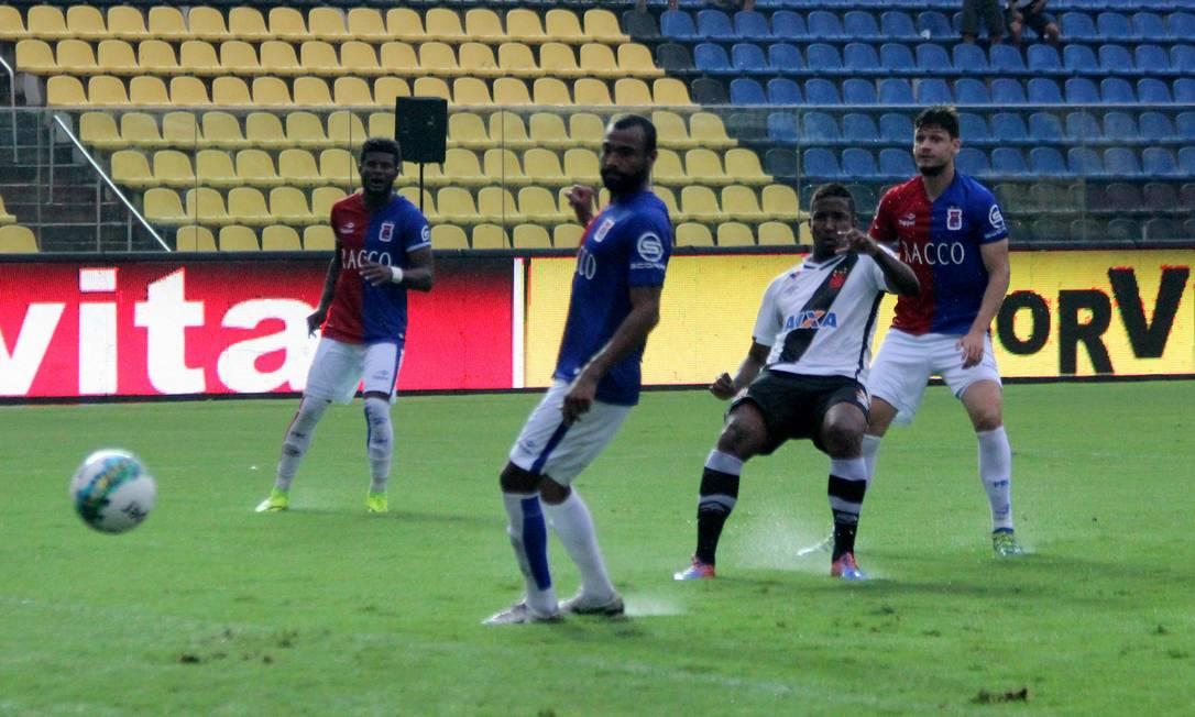 Thalles chuta para marcar o gol da vitória do Vasco sobre o Paraná Carlos Gregório