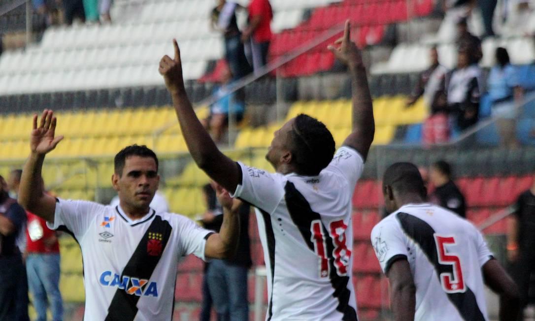Thalles ergue as mãos aos céus para comemorar o gol da vitória do Vasco sobre o Paraná Carlos Gregório