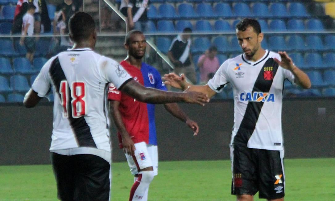 Thalles comemora com Nenê o gol da vitória vascaína sobre o Paraná Carlos Gregório