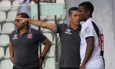 O técnico Jorginho orienta Thalles, que acabou marcando o gol da vitória sobre o Paraná Foto: Carlos Gregório