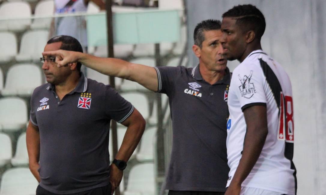 O técnico Jorginho orienta Thalles, que acabou marcando o gol da vitória sobre o Paraná Carlos Gregório