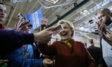 Hillary Clinton durante ato de campanha com o senador Tim Kaine Foto: CARLOS BARRIA / REUTERS