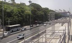 Obra suspensa de uma das estações do BRT Transbrasil: prefeitura anunciou que trabalhos seriam retomados em setembro, mas nada foi feito até agora Foto: Agência O Globo / Antonio Scorza