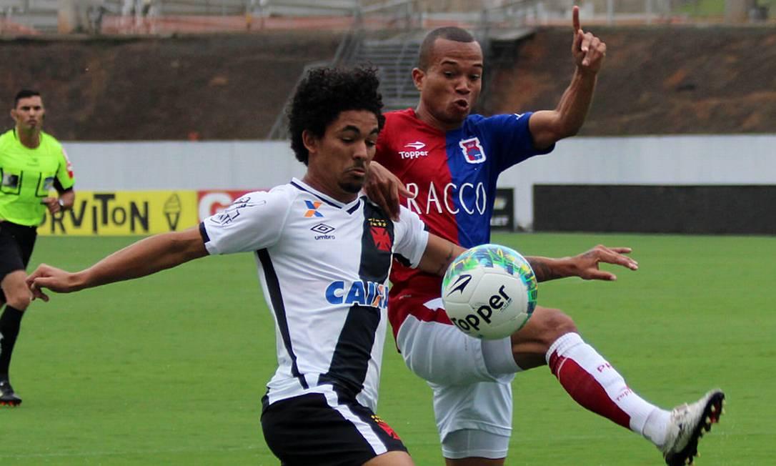 O volante Douglas, que voltou bem ao Vasco, disputa a bola com jogador do Paraná Carlos Gregório