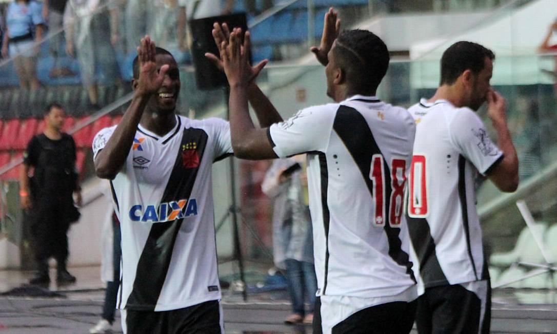 William, à esquerda, comemora com Thalles, o autor do gol da vitória Carlos Gregório