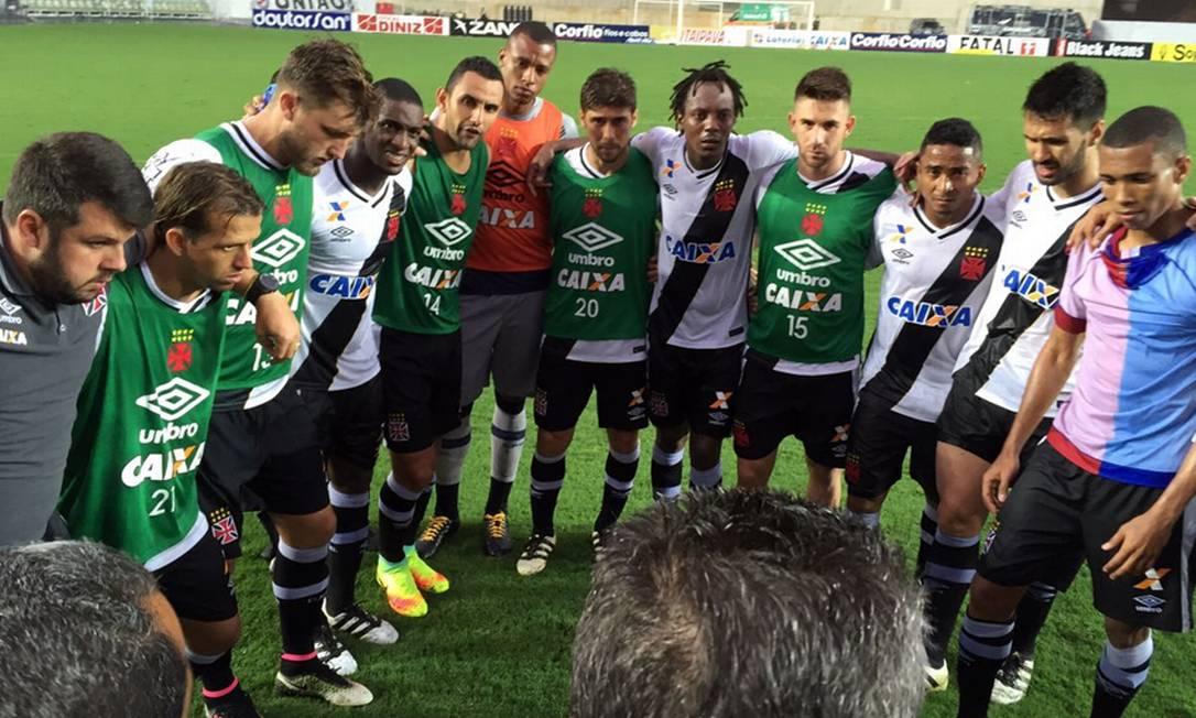 Ao fim da partida, jogadores e comissão técnica do Vasco se reuniram no gramado em Cariacica Carlos Gregório