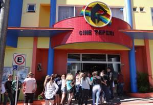Cinema Paradiso. Em São Miguel do Oeste, espectadores fazem fila no Cine Peperi: cem mil ingressos vendidos Foto: Divulgação
