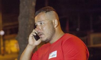 Irmão da vítima aguarda por informações de Gleicy na porta do hospital Foto: Angelo / Agência O Globo