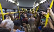 Geison da Silva Mendonça, assim como tantos outros, enfrenta o BRT lotado para depois pegar mais uma conducao para ir e voltar do trabalho. Lotação é a regra Foto: Daniel Marenco / Agência O Globo