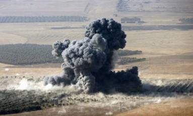 Fumaça sobe de posição do Estado Islâmico na cidade de Naweran, perto de Mosul: ofensiva contra último bastião dos extremistas no Iraque continua Foto: REUTERS/AZAD LASHKARI