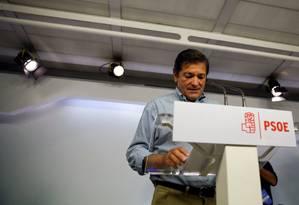 Líder interino do PSOE, Javier Fernandez anuncia a decisão deste domingo do comitê federal do partido de permitir a formação de um governo do rival conservador Partido Popular Foto: ANDREA COMAS / REUTERS/ANDREA COMAS