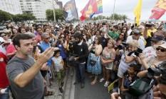 Freixo discursa para eleitores em frente ao Copacabana Palace, após caminhada na orla de Copacabana Foto: Pablo Jacob / Agência O Globo