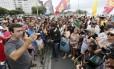 Freixo discursa para eleitores em frente ao Copacabana Palace, após caminhada na orla de Copacabana