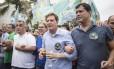 Crivella caminhou pela orla de Ipanema e Leblon acompanhado pelo candidato derrotado Indio da Costa Foto: Ana Branco / Agência O Globo