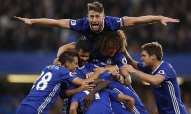 Gary Cahill salta sobre os jogadores do Chelsea comemorando gol sobre o Manchester United Foto: John Sibley / REUTERS