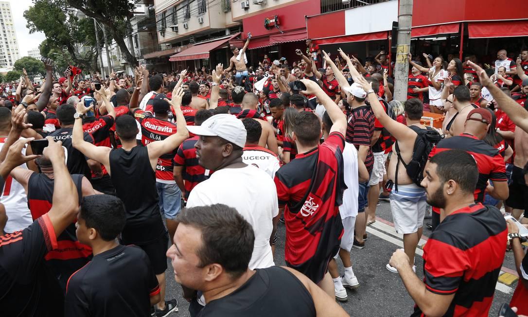 Torcida do Flamengo canta do lado de fora do Maracanã Marcelo Carnaval / Agência O Globo
