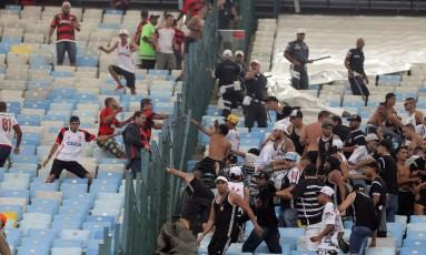 Torcedores de Flamengo e Corinthians tentam brigar no Maracanã Foto: Rafael Moraes / Agência O Globo