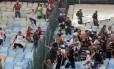 Torcedores de Flamengo e Corinthians tentam brigar no Maracanã