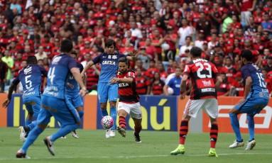 O rubro-negro Diego passa pela marcação de Romero Foto: Rafael Moraes