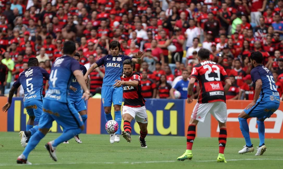 O rubro-negro Diego passa pela marcação de Romero Rafael Moraes
