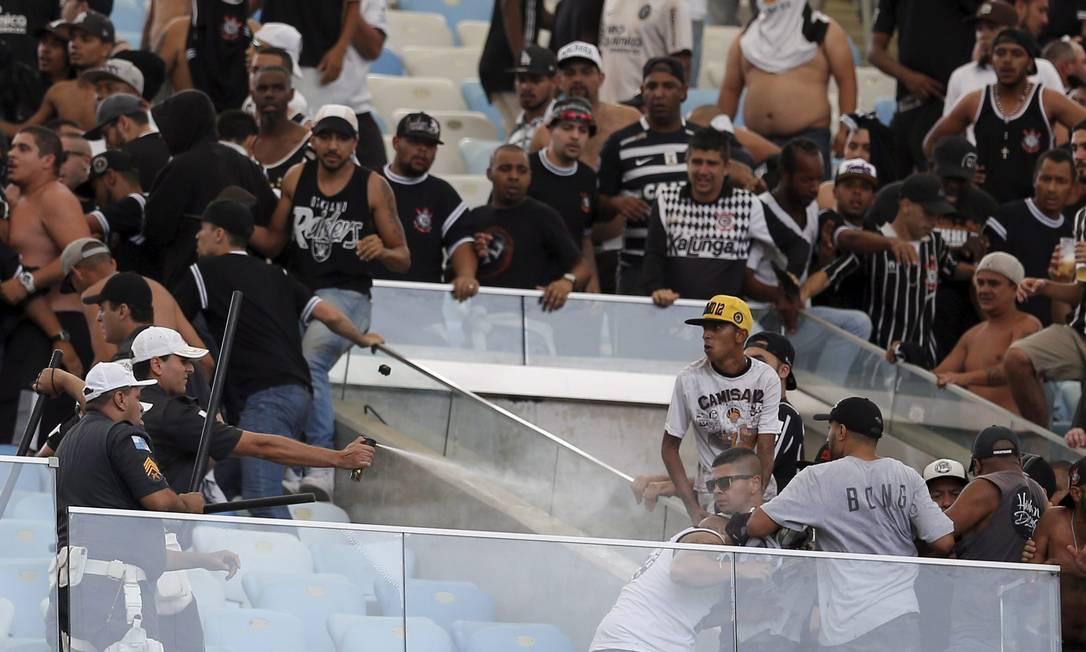Policiais usam spray de pimenta para conter os ânimos da torcida do Corinthians Marcelo Carnaval / Agência O Globo