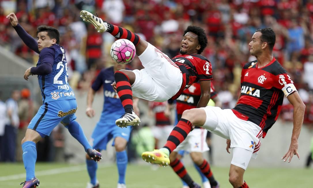 Ao lado de Réver, Rafael Vaz tenta jogada de voleio Marcelo Carnaval