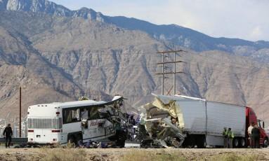 O ônibus de turistas semidestruído após o choque com a carreta na estrada petro de Palm Springs, na Califórnia Foto: SAM MIRCOVICH / SAM MIRCOVICH/REUTERS
