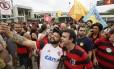 Freixo posa para foto com torcedor do Flamengo no Maracanã Foto: Pablo Jacob / Agência O Globo