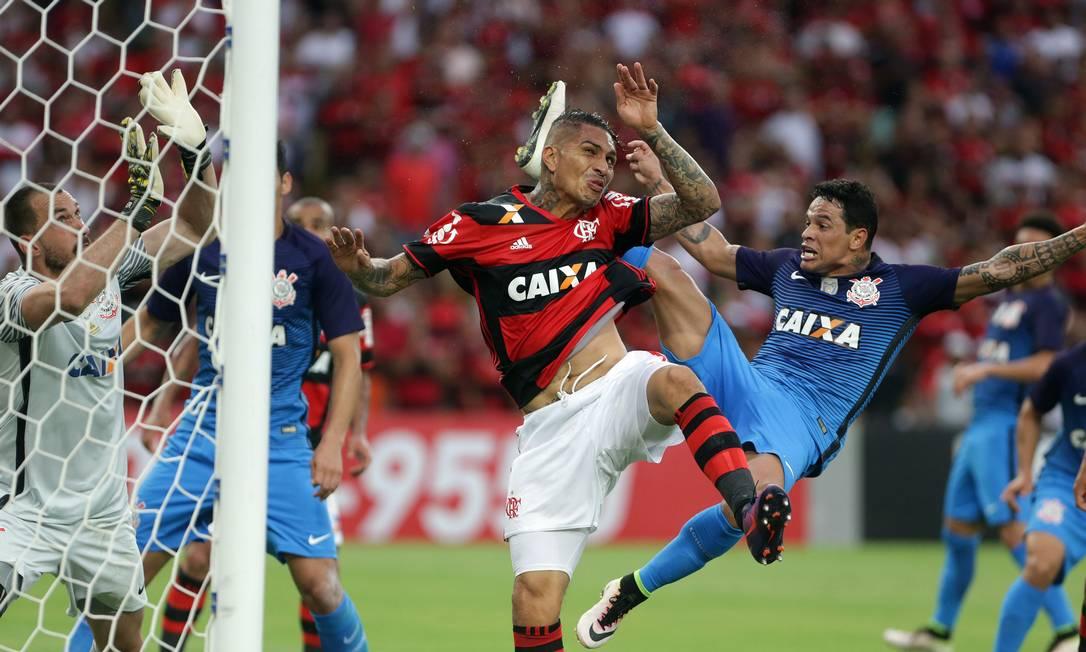 Guerrero disputa bola na área do Corinthians Rafael Moraes